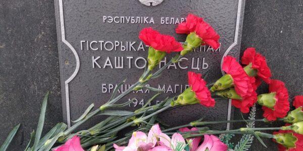 Возложение цветов на братской могиле в деревне Подгорье 7 мая 2021 года.